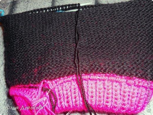"""Дочке на зиму под яркую розовую куртку нужно было связать шапку и шарф. Она нашла в интернете модели, которые ей хотелось. Шапка двойная, теплая. Только фото, без описаний. Пришлось думать, как это можно связать самой)) Делюсь опытом, может кому и пригодится. Нам понадобится: - пряжа черного цвета, у меня """"Камилла"""", производство NAZAR, (55% шерсть, 40% акрил, 5% кашемир, 100гр/320м) два мотка; - пряжа розового цвета, у меня BIANCA babylux, (45% детская шерсть, 55% акрил, 50гр/150м) два мотка; - круговые спицы № 3,5; - набор чулочных спиц № 3,5; - простые спицы № 3,5; - одна большая пуговица и три маленьких; - крючок № 3. Шапка связна на подростка. Окружность головы 53 см. фото 9"""