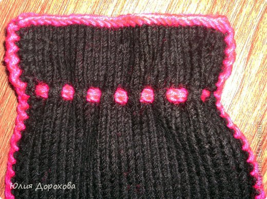 """Дочке на зиму под яркую розовую куртку нужно было связать шапку и шарф. Она нашла в интернете модели, которые ей хотелось. Шапка двойная, теплая. Только фото, без описаний. Пришлось думать, как это можно связать самой)) Делюсь опытом, может кому и пригодится. Нам понадобится: - пряжа черного цвета, у меня """"Камилла"""", производство NAZAR, (55% шерсть, 40% акрил, 5% кашемир, 100гр/320м) два мотка; - пряжа розового цвета, у меня BIANCA babylux, (45% детская шерсть, 55% акрил, 50гр/150м) два мотка; - круговые спицы № 3,5; - набор чулочных спиц № 3,5; - простые спицы № 3,5; - одна большая пуговица и три маленьких; - крючок № 3. Шапка связна на подростка. Окружность головы 53 см. фото 25"""