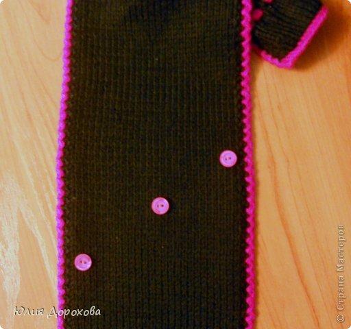 """Дочке на зиму под яркую розовую куртку нужно было связать шапку и шарф. Она нашла в интернете модели, которые ей хотелось. Шапка двойная, теплая. Только фото, без описаний. Пришлось думать, как это можно связать самой)) Делюсь опытом, может кому и пригодится. Нам понадобится: - пряжа черного цвета, у меня """"Камилла"""", производство NAZAR, (55% шерсть, 40% акрил, 5% кашемир, 100гр/320м) два мотка; - пряжа розового цвета, у меня BIANCA babylux, (45% детская шерсть, 55% акрил, 50гр/150м) два мотка; - круговые спицы № 3,5; - набор чулочных спиц № 3,5; - простые спицы № 3,5; - одна большая пуговица и три маленьких; - крючок № 3. Шапка связна на подростка. Окружность головы 53 см. фото 26"""