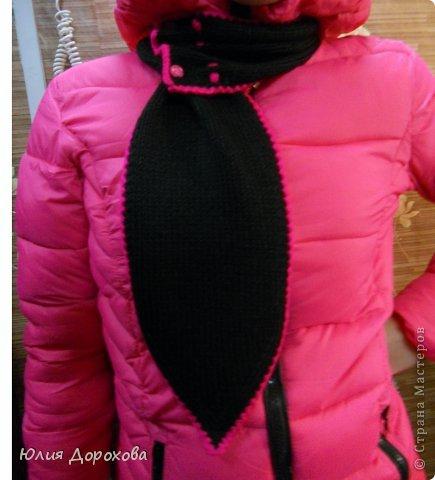"""Дочке на зиму под яркую розовую куртку нужно было связать шапку и шарф. Она нашла в интернете модели, которые ей хотелось. Шапка двойная, теплая. Только фото, без описаний. Пришлось думать, как это можно связать самой)) Делюсь опытом, может кому и пригодится. Нам понадобится: - пряжа черного цвета, у меня """"Камилла"""", производство NAZAR, (55% шерсть, 40% акрил, 5% кашемир, 100гр/320м) два мотка; - пряжа розового цвета, у меня BIANCA babylux, (45% детская шерсть, 55% акрил, 50гр/150м) два мотка; - круговые спицы № 3,5; - набор чулочных спиц № 3,5; - простые спицы № 3,5; - одна большая пуговица и три маленьких; - крючок № 3. Шапка связна на подростка. Окружность головы 53 см. фото 27"""