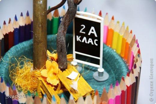"""Благодаря работе https://stranamasterov.ru/node/424908?c=favorite, спасибо большое автору, мы сделали поделку на школьную тематику к 20летию школы. Как правило, дня за три-четыре до праздника поступает просьба, не терпящая отказа, сделать что-то """"как вы умеете""""... А у нас -голова пустая, заняты другим.. Хорошо, наткнулись на """"дерево знаний"""". Решили сделать повторюшку. Принимайте :) фото 3"""