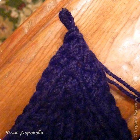 """Дочке на зиму под яркую розовую куртку нужно было связать шапку и шарф. Она нашла в интернете модели, которые ей хотелось. Шапка двойная, теплая. Только фото, без описаний. Пришлось думать, как это можно связать самой)) Делюсь опытом, может кому и пригодится. Нам понадобится: - пряжа черного цвета, у меня """"Камилла"""", производство NAZAR, (55% шерсть, 40% акрил, 5% кашемир, 100гр/320м) два мотка; - пряжа розового цвета, у меня BIANCA babylux, (45% детская шерсть, 55% акрил, 50гр/150м) два мотка; - круговые спицы № 3,5; - набор чулочных спиц № 3,5; - простые спицы № 3,5; - одна большая пуговица и три маленьких; - крючок № 3. Шапка связна на подростка. Окружность головы 53 см. фото 23"""