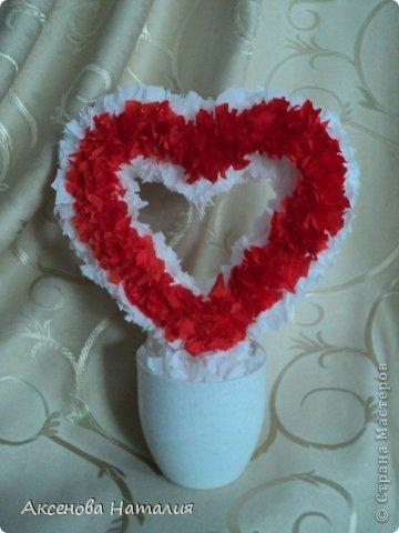 Оставшимися кусочками креповой бумаги и салфеток после изготовления цветочных шаров, получила вот такое сердечко. Вдохновители и учителя https://stranamasterov.ru/node/271654, https://stranamasterov.ru/node/31870?tid=451%2C521