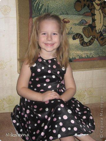 """Подарили нам как то бабушка с дедушкой платье в горошек... Долго я думала куда его можно пристроить, на носу новый год, а черный цвет меня настораживал, но и """"кукольные"""" пышные длинные платья мне немного уже поднадоели. В садике нам дали роль куклы и тогда я решила немного поработать с этим платьем.... фото 1"""