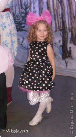 """Подарили нам как то бабушка с дедушкой платье в горошек... Долго я думала куда его можно пристроить, на носу новый год, а черный цвет меня настораживал, но и """"кукольные"""" пышные длинные платья мне немного уже поднадоели. В садике нам дали роль куклы и тогда я решила немного поработать с этим платьем.... фото 2"""