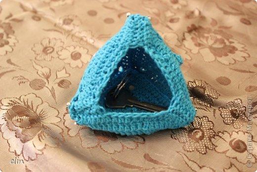 Третье задание Экспресс-марафона на Хомячке. В этот раз нужно использовать в своей работе что-то треугольное , что-то голубое и пуговицу.  Я связала крючком ключницу: она из треугольных мотивов, связана из голубой хлопковой нити, декорирована металлическими пуговками. фото 4