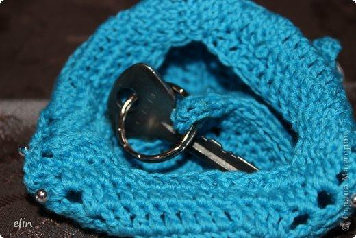 Третье задание Экспресс-марафона на Хомячке. В этот раз нужно использовать в своей работе что-то треугольное , что-то голубое и пуговицу.  Я связала крючком ключницу: она из треугольных мотивов, связана из голубой хлопковой нити, декорирована металлическими пуговками. фото 5