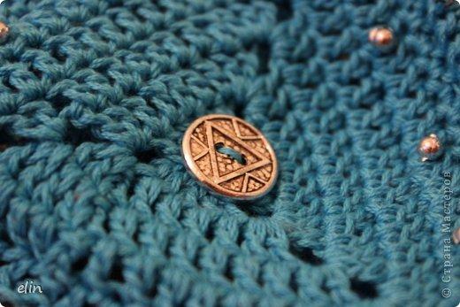 Третье задание Экспресс-марафона на Хомячке. В этот раз нужно использовать в своей работе что-то треугольное , что-то голубое и пуговицу.  Я связала крючком ключницу: она из треугольных мотивов, связана из голубой хлопковой нити, декорирована металлическими пуговками. фото 6