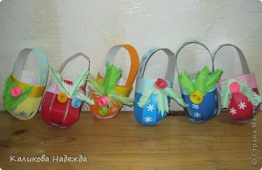Какой же Новый год без подарочков в новогодней упаковке? Спасибо Юлии за МК корзинки!   https://stranamasterov.ru/node/414035   Делается очень быстро, полоски скрепляли степлером, а скобы уже декорировали кто чем . фото 2