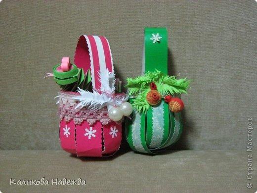 Какой же Новый год без подарочков в новогодней упаковке? Спасибо Юлии за МК корзинки!   https://stranamasterov.ru/node/414035   Делается очень быстро, полоски скрепляли степлером, а скобы уже декорировали кто чем . фото 7