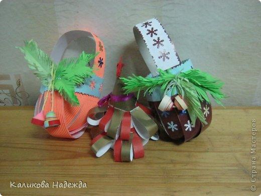 Какой же Новый год без подарочков в новогодней упаковке? Спасибо Юлии за МК корзинки!   https://stranamasterov.ru/node/414035   Делается очень быстро, полоски скрепляли степлером, а скобы уже декорировали кто чем . фото 6