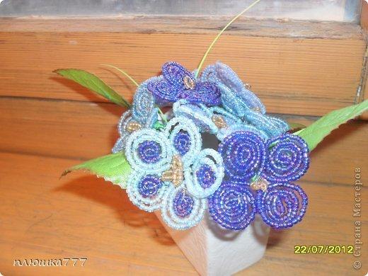 Бисероплетение - голубые цветочки из бисера.