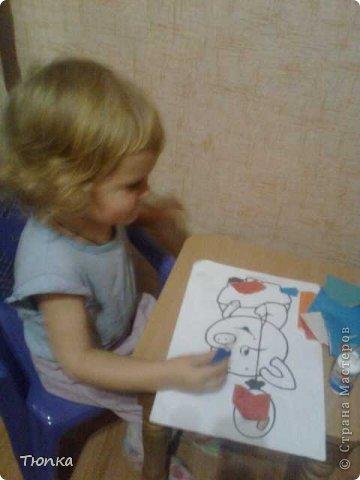 Доброе время суток, всем кто заглянул в гости! Моей дочери 2года 3 месяца. Она очень любит творить и вытворять))))). Вот что у нас получилось. В инете  я нашла и распечатала раскраски для малышей. Дочь рвала цветную бумагу и клеила сама к картинкам. Травка и солнышко- ее идея. фото 5