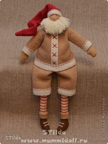 """Мастер-класс по изготовлению куклы тильды - Санта Клауса """"Заграничный Дед Мороз нам подарочки принес...""""  фото 17"""