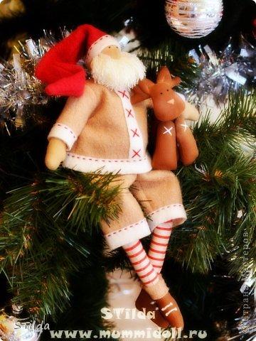 """Мастер-класс по изготовлению куклы тильды - Санта Клауса """"Заграничный Дед Мороз нам подарочки принес...""""  фото 1"""
