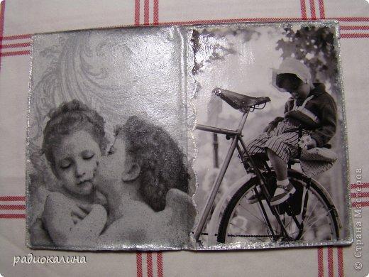 Очень трепетно отношусь к черно-белым фотографиям: сама еще девчонкой фотографировала подаренным фотоаппаратом и потом проявляла пленки, печатала фотографии и были они черно-белыми. В этой серии обложек я не пошла проторенным путем просто использовать салфетки или распечатки. Мне понравились в журнале обложки с фотографиями красавиц прошлого века, журнал был глянцевый и запала мне мысль использовать эти картинки для декупажа. фото 2