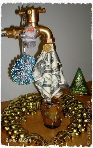 """Приветствую всех жителей СМ! Новогодний марафон поделок подходит к концу. """"Хочу чтобы была вся в золоте, с кружавчиками, шишечками, ангелочками - все, все хочу"""", - лепетала юная особа, заказывая подарок для свекрови. В результате родилась такая бутылочка.  фото 8"""