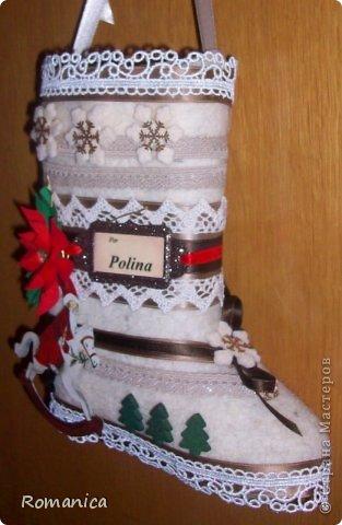 """Всем, кто заглянул, доброго времени суток! https://stranamasterov.ru/node/462827?c=favorite Вот такая работа сподвигла меня на приятный сюрприз ребенку - попросила сапожок для Деда Мороза на дверь - уже ждет, что ей туда подарков положат :)) Остались ее валенки, которые мы почти не носили, и отдать тут некому, вот, сразу картинка появилась. Почти все посадила на двухсторонний скотч, если вдруг """"разобрать"""" придется. фото 4"""