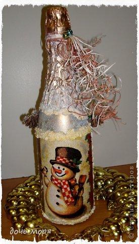 """Приветствую всех жителей СМ! Новогодний марафон поделок подходит к концу. """"Хочу чтобы была вся в золоте, с кружавчиками, шишечками, ангелочками - все, все хочу"""", - лепетала юная особа, заказывая подарок для свекрови. В результате родилась такая бутылочка.  фото 5"""