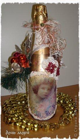 """Приветствую всех жителей СМ! Новогодний марафон поделок подходит к концу. """"Хочу чтобы была вся в золоте, с кружавчиками, шишечками, ангелочками - все, все хочу"""", - лепетала юная особа, заказывая подарок для свекрови. В результате родилась такая бутылочка.  фото 1"""