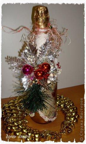 """Приветствую всех жителей СМ! Новогодний марафон поделок подходит к концу. """"Хочу чтобы была вся в золоте, с кружавчиками, шишечками, ангелочками - все, все хочу"""", - лепетала юная особа, заказывая подарок для свекрови. В результате родилась такая бутылочка.  фото 2"""