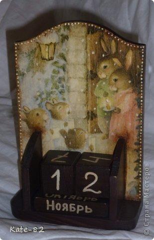 Очень нравятся зайчики и мышки Susan Wheeler и я не смогла перед ними устоять и сделала вот такой вечный календарь с этими прекрасными зайчиками. Он лежит и ждет новогодней ночи... и будет подарен любимой сестренке, которая родилась в год кролика. Я думаю ей понравится))) Техника прямой декупаж. Все материалы, использованные в работе, произведены на водной основе. Они не токсичны и абсолютно безопасны . фото 1