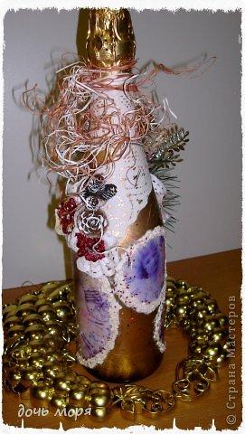 """Приветствую всех жителей СМ! Новогодний марафон поделок подходит к концу. """"Хочу чтобы была вся в золоте, с кружавчиками, шишечками, ангелочками - все, все хочу"""", - лепетала юная особа, заказывая подарок для свекрови. В результате родилась такая бутылочка.  фото 4"""