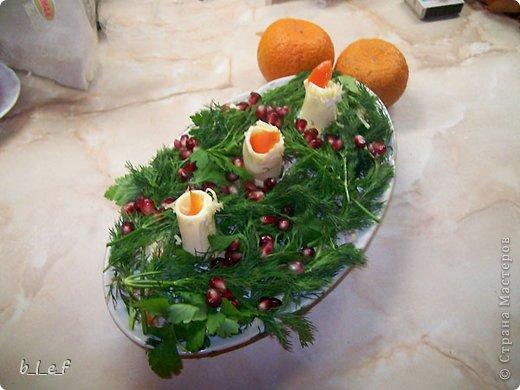 """Наткнулась на старые фотки, и вспомнила, что мы делали такие вот салаты. Идеи вот с этого форума http://forum.say7.info/ Этот салат называется """"Сказочная Снегурочка"""" Слои такие: сельдь, картофель, маринованный лук, яйца, сыр, смазанные майонезом. Относительно голубых яиц - красятся соком красно кочанной капусты. У меня нет блендера, поэтому капусту я прокрутила через мясорубку. Почти сразу она посинела. То есть натурально. Приобрела цвет чернил. Затем я отжала непосредственно сок (через бинт), и в эту жидкость положила натертые на крупной терке яйца. И лежали они у меня там, пока я делала остальные слои. Капуста имеет свой, специфический, хоть и слабый запах. Что-бы от него избавиться я яйца промыла в дуршлаге под струей воды. Достаточно трудно оказалось сделать Снегурке лицо. Микроскопические веточки розмарина никак не хотели ложиться на место (это брови и нос), да и рисуя рот я изрядно помучилась. Коса - сыр Пряди копченый. Еще следует сказать, что голубой цвет в салате достаточно непривычен. Для меня, по-крайней мере. Испытывала некий внутренний дискомфорт - как ЭТО есть. :)))) Но гостям понравилось :)  фото 3"""