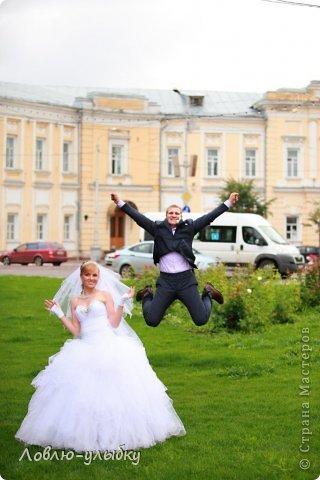 Вот некоторые эпизоды со  свадеб, проведенных нашим агентствои и запечатил всё прекрасный фотограф из Твери Андрей Васильев. Я просто сделала подписи к фотографиям. Все свадьбы состоялись без ущерба здоровью, ))))весело, романтично.....О чем я очень рада!  - У меня недавно был случай. Невесту со свадьбы отвезли прямо в роддом. - Это ерунда. Вот у нас был случай - жениха со свадьбы отвезли прямо на другую свадьбу! Поэтому своего я держу крепко! фото 4