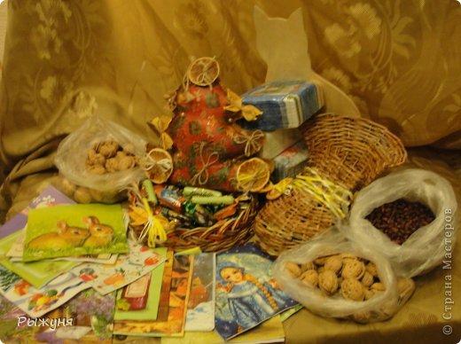 Приветствую всех жителей СМ!!!  Решила похвастаться подарками, которые мне прислала Татьяна ( Николета)........ видите всего как много, и конфеты, и орешки разные( грецкие аж из Киргизии),  гора салфеток, котик-заготовка ( знает, что котов  люблю!!!!), а еще изумительная чудо елочка  и  замечательные плетеночки.  Мы ( я , доча и мама) просто обалдели от такой красоты, восторгов  море..... огромное спасибо!!!!! фото 1