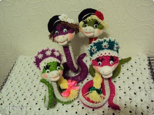 Здравствуйте, с наступающим Новым годом ВСЕХ! Счастья и удачи в новом году! Навязав на подарки змеек в русском стиле- Марфушек и Ванюшек, решила поиграть с черным цветом и связать коброчку.