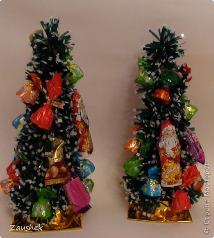 Для взрослых часть подарков я уже выложила. А теперь подарочки для самых маленьких. На сайте я видела красивейшие чайнички с конфетами и снеговиков из ниток и очень хотела повторить. Но с приближающимися праздниками возникла идея сделать снеговика с конфетами. Вот что получилось... фото 3