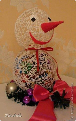 Для взрослых часть подарков я уже выложила. А теперь подарочки для самых маленьких. На сайте я видела красивейшие чайнички с конфетами и снеговиков из ниток и очень хотела повторить. Но с приближающимися праздниками возникла идея сделать снеговика с конфетами. Вот что получилось... фото 1