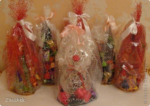 Для взрослых часть подарков я уже выложила. А теперь подарочки для самых маленьких. На сайте я видела красивейшие чайнички с конфетами и снеговиков из ниток и очень хотела повторить. Но с приближающимися праздниками возникла идея сделать снеговика с конфетами. Вот что получилось... фото 5