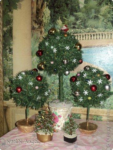 Вот наделала на новогоднюю ярмарку новогодних топиариев и ёлочек из бисера накрутила фото 1