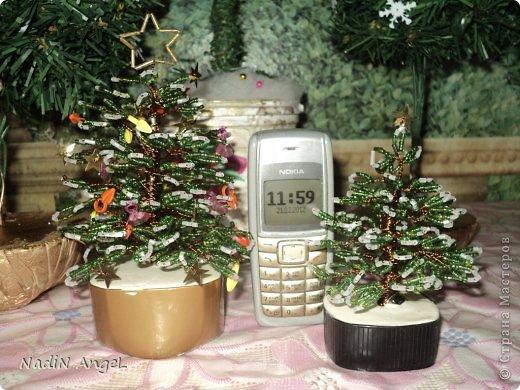 Вот наделала на новогоднюю ярмарку новогодних топиариев и ёлочек из бисера накрутила фото 2