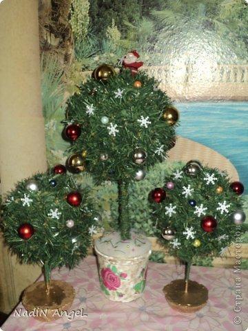Вот наделала на новогоднюю ярмарку новогодних топиариев и ёлочек из бисера накрутила фото 3