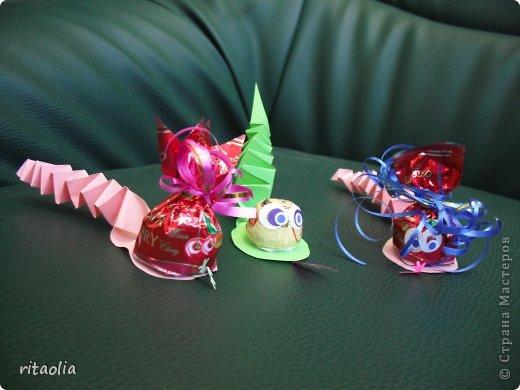 Вот такие Дедушки Морозы, выполненные в технике аппликации из пластилина, появились сегодня на уроке технологии в 3 классе. Правда, некоторые из них больше похожи на восточных султанов и волшебников, т.к. не у всех хватило пластилина белого цвета. фото 15