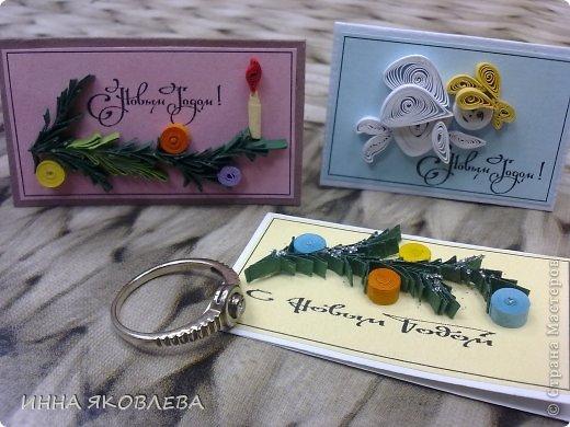 """Эти открыточки мы сделали на городской конкурс """"Рождество в Петербурге"""", номинация : самая маленькая открытка. Для сравнения положила ручку. фото 2"""