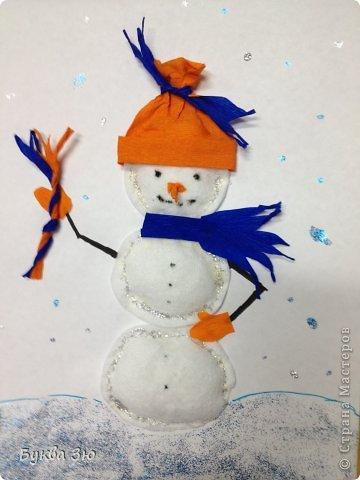 Сделали с сыном на новогоднюю выставку в детский садик. Снеговичок из ватных дисков, слегка набит салфетками)  Шапка, шарф, варежки, нос, веник)))-гофрированная бумага. Ручки, глазки, ротик - нарисованы фломастером. И гель с блестками кругом) фото 1