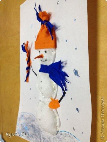 Сделали с сыном на новогоднюю выставку в детский садик. Снеговичок из ватных дисков, слегка набит салфетками)  Шапка, шарф, варежки, нос, веник)))-гофрированная бумага. Ручки, глазки, ротик - нарисованы фломастером. И гель с блестками кругом) фото 2