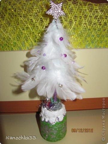 Елочка из перьев на бумажном конусе фото 2