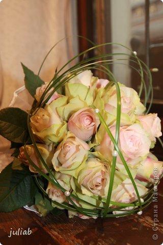 Букет получился необычным из-за цвета роз,они были зеленоватые с розовой серединкой,добавила для украшения бусинки под жемчуг.Делала для двоюродной сестры. фото 1