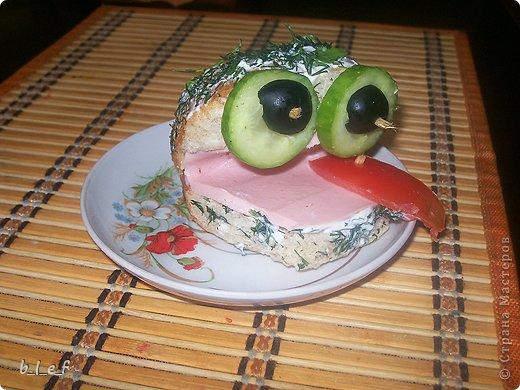 """Наткнулась на старые фотки, и вспомнила, что мы делали такие вот салаты. Идеи вот с этого форума http://forum.say7.info/ Этот салат называется """"Сказочная Снегурочка"""" Слои такие: сельдь, картофель, маринованный лук, яйца, сыр, смазанные майонезом. Относительно голубых яиц - красятся соком красно кочанной капусты. У меня нет блендера, поэтому капусту я прокрутила через мясорубку. Почти сразу она посинела. То есть натурально. Приобрела цвет чернил. Затем я отжала непосредственно сок (через бинт), и в эту жидкость положила натертые на крупной терке яйца. И лежали они у меня там, пока я делала остальные слои. Капуста имеет свой, специфический, хоть и слабый запах. Что-бы от него избавиться я яйца промыла в дуршлаге под струей воды. Достаточно трудно оказалось сделать Снегурке лицо. Микроскопические веточки розмарина никак не хотели ложиться на место (это брови и нос), да и рисуя рот я изрядно помучилась. Коса - сыр Пряди копченый. Еще следует сказать, что голубой цвет в салате достаточно непривычен. Для меня, по-крайней мере. Испытывала некий внутренний дискомфорт - как ЭТО есть. :)))) Но гостям понравилось :)  фото 4"""