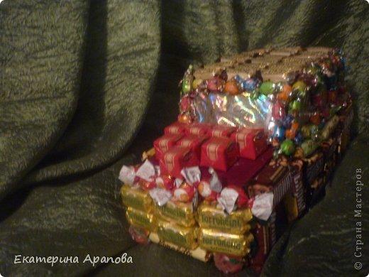 Ура, у меня получилось! Муж был в шоке когда получил ТАКОЕ в подарок. Спасибо Orizonna за МК.  Колеса только нужны побольше, но так как в нашем поселке не продают шоколадные медальки, то пришлось заменить на конфетки. Да и время не позволяло, пришлось делать так как есть.   фото 2