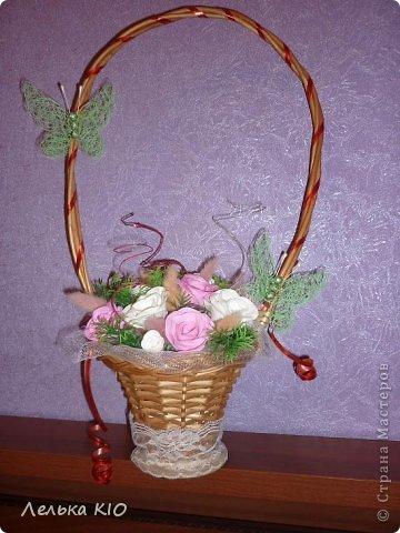 Через 2 дня у моей мамы день рождения!!! И я решила сделать ей вот такой подарочек!! Свежие цветы как обычно завянут-жалко!! А эти будут радовать очень долго!! Цветы сделаны из фома!! И мои теперь такие любимые бабочки!! фото 1