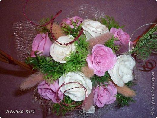 Через 2 дня у моей мамы день рождения!!! И я решила сделать ей вот такой подарочек!! Свежие цветы как обычно завянут-жалко!! А эти будут радовать очень долго!! Цветы сделаны из фома!! И мои теперь такие любимые бабочки!! фото 2