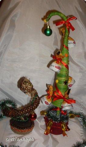 Мои новые поделки:кофейная змейка и конфетная ёлочка. фото 1