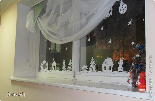 Вот так украшены окна в холле нашего детского сада к Новому году. Идею я нашла на просторах Интернета. фото 3
