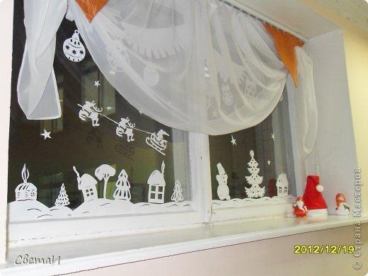 Вот так украшены окна в холле нашего детского сада к Новому году. Идею я нашла на просторах Интернета. фото 2